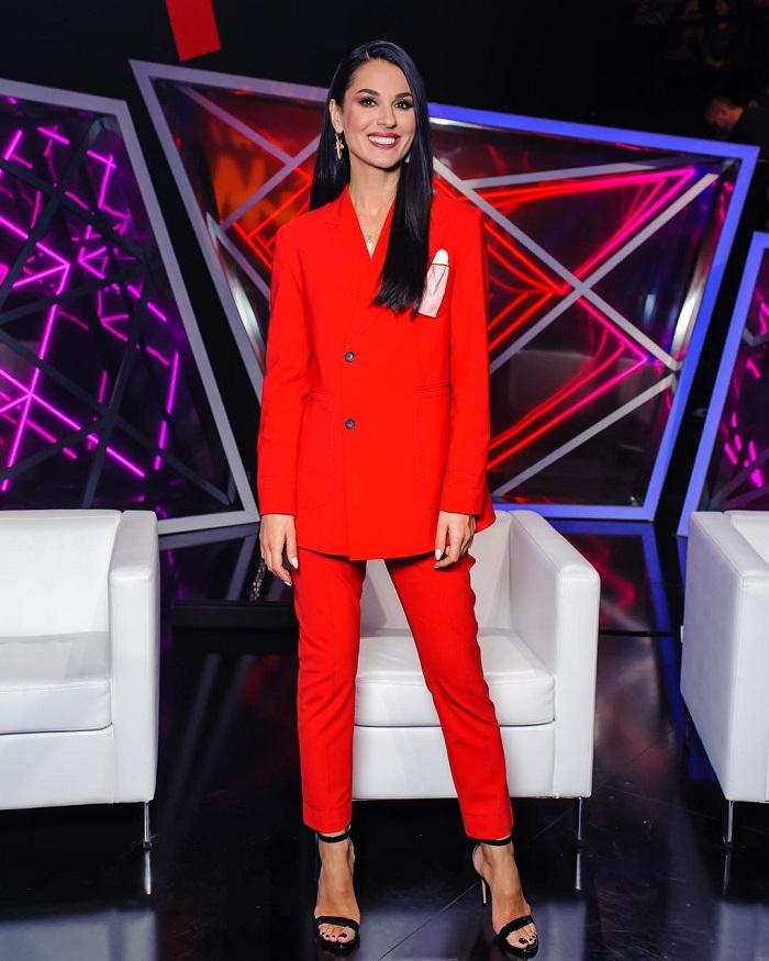 Маша Ефросинина в костюме FROLOV